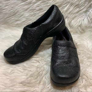Klogs Womens Black Tooled Leather Clogs Sz US 8.5